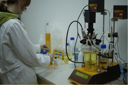 Biotechnologisches Labor mit neuen Pumpen für den Bioreaktor